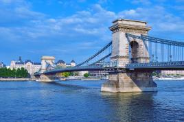 Ob lepi modri Donavi Budimpešta stoji