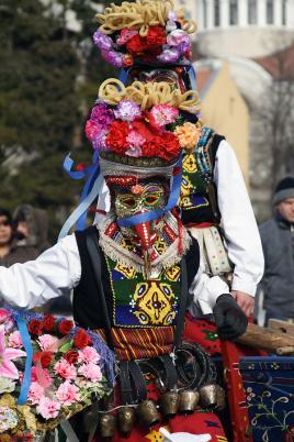 Bolgarska narodna noša z vrtnicami